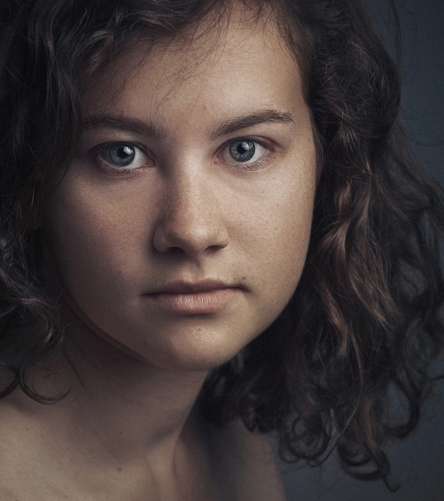 portrait serré jeune femme studio fond gris