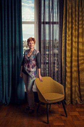 Portrait de Catherine Trafikant dans un showroom avenue de Breteuil