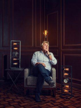 Portrait de l'artiste Fred Juarez au milieu de ces luminaires