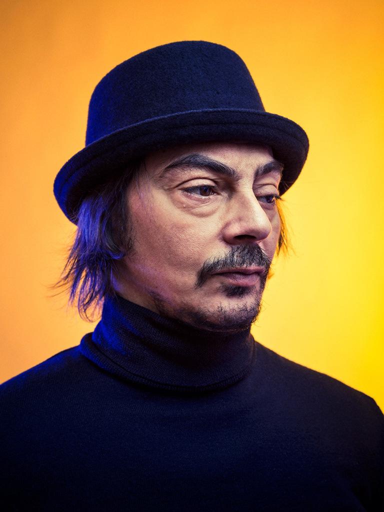 Portrait coloré en studio du comédien Halim Oudane