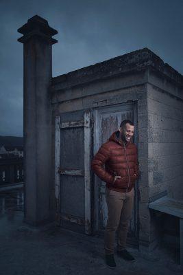 Portrait du comédien Mickael Hippolyte sur un toit dans l'Oise