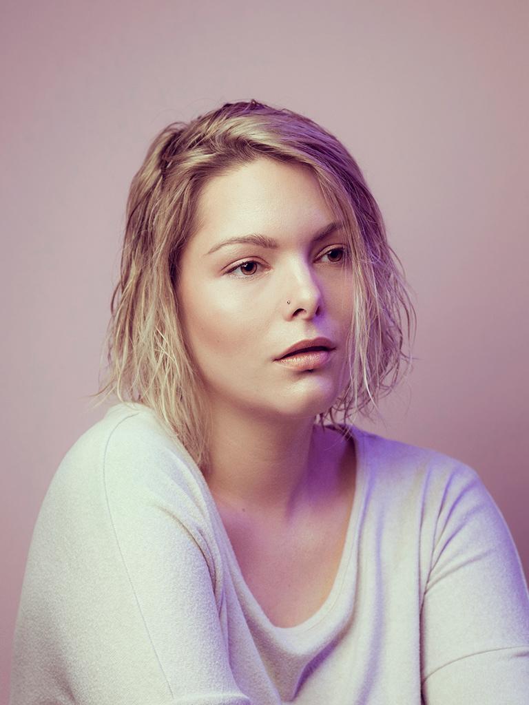 Portrait mode en studio sur fond rose