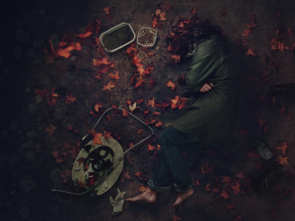 Photographie conceptuelle Pour un strobi.fr vie de chien, une femme allongée au sol dans les feuilles mortes