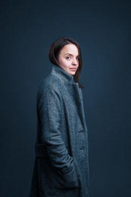 Portrait en studio d'Oxana Serra tapissier