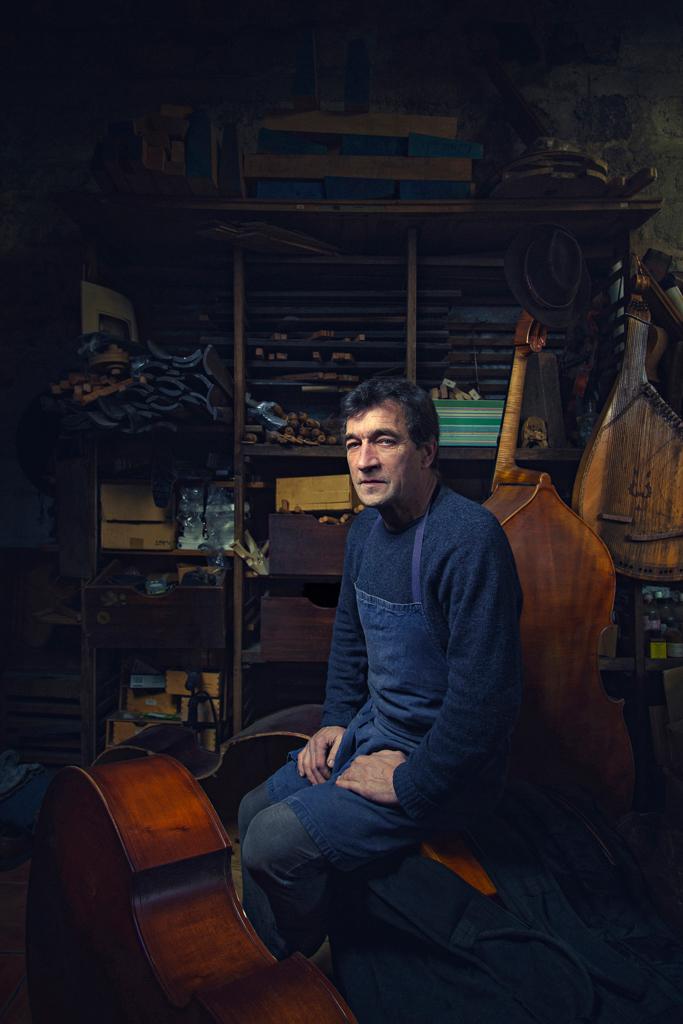 Photo du Luthier Bruno Brette dans son atelier à Aubervilliers