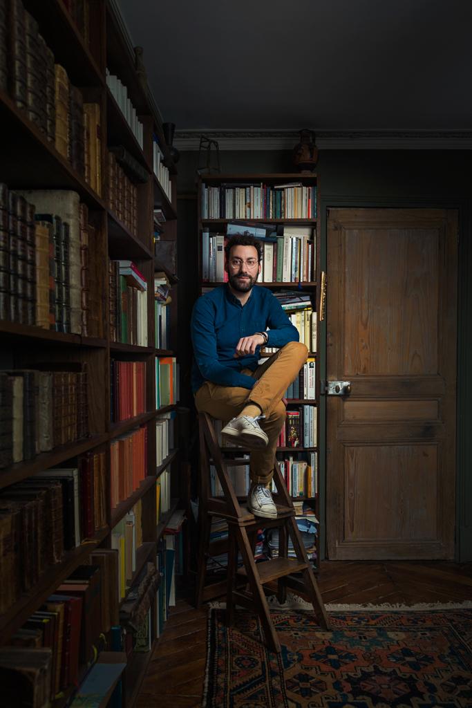 Portrait de David Wahl écrivain dans sa bibliothèque