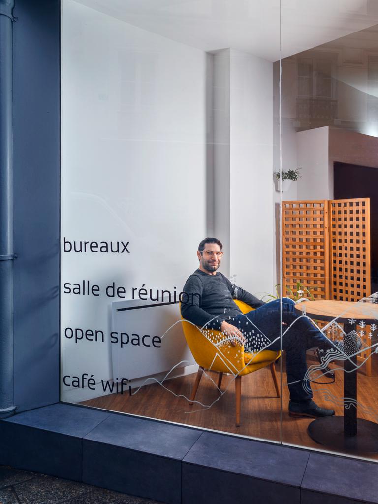 Portrait du journaliste Jacques Tibéri dans un espace de coworking à Paris