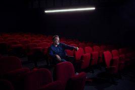 Photo de Pascal Reverte dans la salle de spectacle de la Manekine