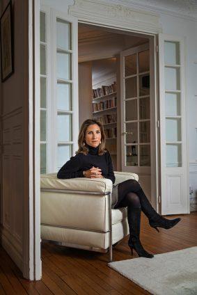 Portrait de la philosophe Julia de Funès dans son domicile parisien