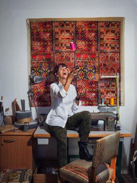 Portrait de Sabine Pedrero tapissier dans son atelier en seine et marne