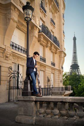 Portrait du musicien Theo Sarazin à Paris devant la tour Eiffel