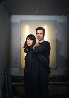 Portraits de Rebecca Rosen et de Quentin Pillot dans leur atelier de sérigraphie à Bruxelles