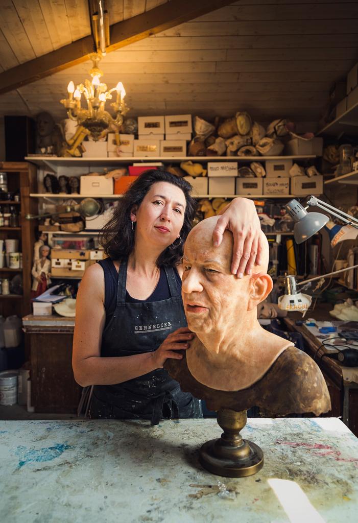 Portrait de la plasticienne Carole Allemand dans son atelier