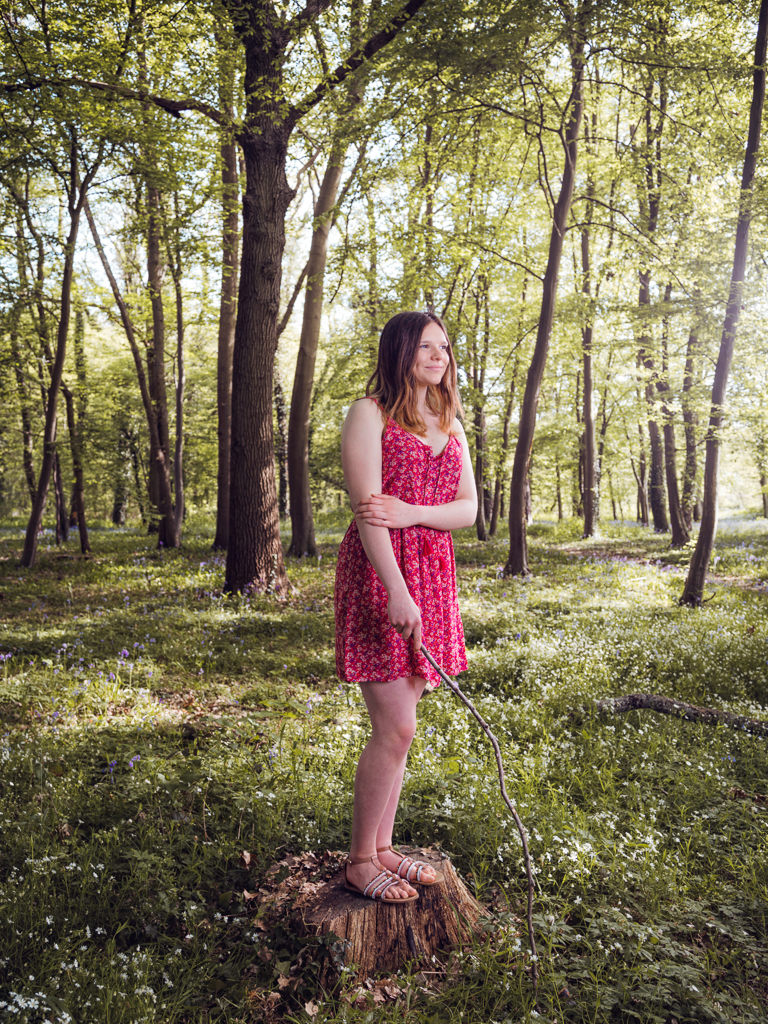 photo concept jeune fille dans la foret