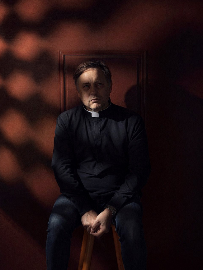Prêtre rongé par l'ennui dans son confessionnal